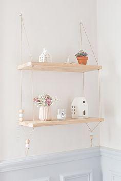 Suspended shelves - Carnets parisiens 2 planches de chêne de 20x50 2 gonds pour l'accrocher au mur ou plafond (crochet vissé 5mmx60mm) mèche diam 8 pour le mur et 2 pour le bois, des perles  prevoir 2 longueurs de ficelle de 3 fois la hauteur finie