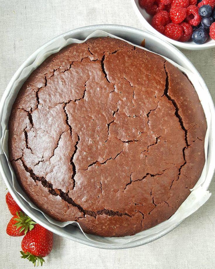 O picnic de hoje a ganhar forma! E cheiro  - Today's picnic getting shape! And smell  #vegan #chocolate #cake with #berries #yummy