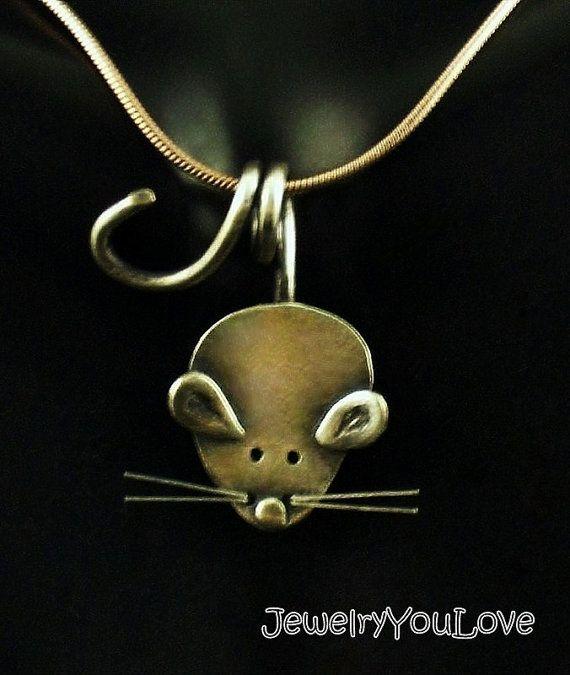ROE el ratón collar Este collar está hecho de.925 plata esterlina. Ha sido oxidado para los detalles. Mano fabricado esta pendiente de diseño, corte, soldadura, hasta terminar. Como joyas de la naturaleza de la mano, no hay dos piezas son exactamente iguales. El diseño simple y lindo se va con nada, tampoco quiere vestir o vestir casual. Si te gusta te encantará este collar de joyas únicas. Es divertido usar este collar y también hace gran regalo. -Por favor espere 3 a 5 días hábiles para…