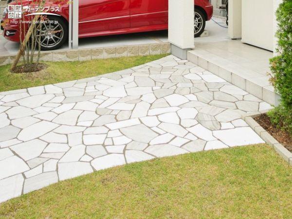 足元の白い乱形石がエレガントにお客様を導くアプローチ工事   庭 diy レンガ, 庭 diy, 庭