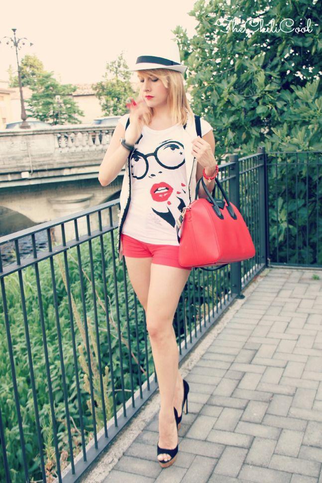 """Alessia Milanese wears """"Glass"""" T-shirt http://www.thechilicool.com/chic-in-bw-tra-scarpe-tacco-12-e-cenni-di-rosso-corallo/"""