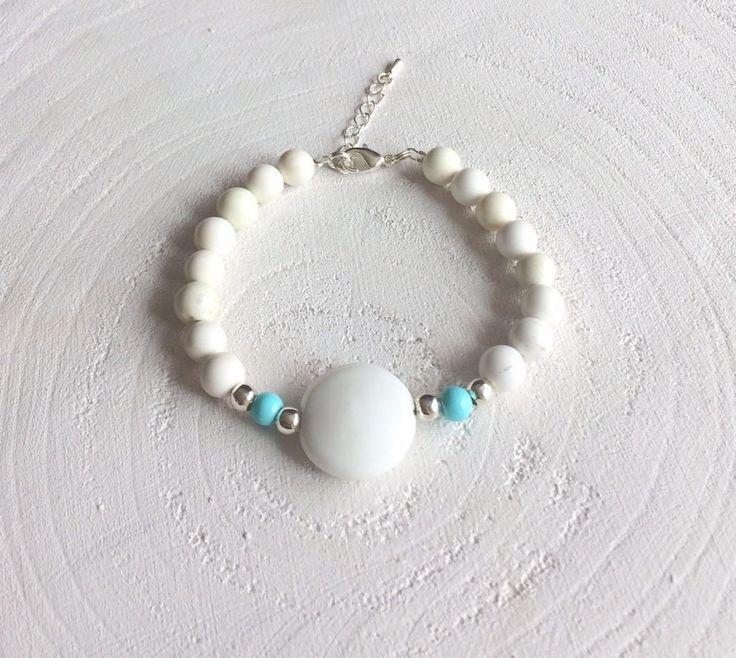 Zomerse armband met crème kleurige kralen, zilveren en turquoise/ blauwe kralen met een grote witte steen in het midden door SINsieraden op Etsy