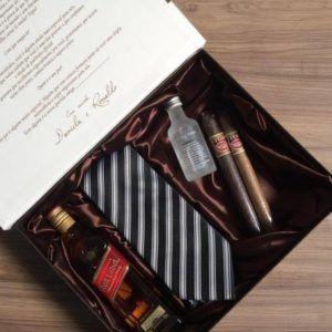 #paris #marrom #caixa #whisk #gravata #lembrancinha #charuto #vodka #cetim #paris #padrinhos #casamento #top #wedding #noiva #madrinha #noivos #casar #spazioconvites #redlabel #romantico #luxo #elegancia http://spazioconvites.com.br/loja/shop/