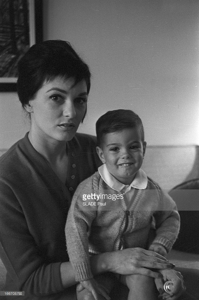 Tyrone Power Jr. En 1960, Tyrone Power Jr, fils de l'acteur américain Tyrone POWER et de son épouse Deborah Ann Montgomery MINARDOS. Il est né le 22 janvier 1959, neuf semaines après la mort de son père, décédé d'une crise cardiaque à l'age de 45 ans. Il pose ici souriant sur le genoux de sa mère.