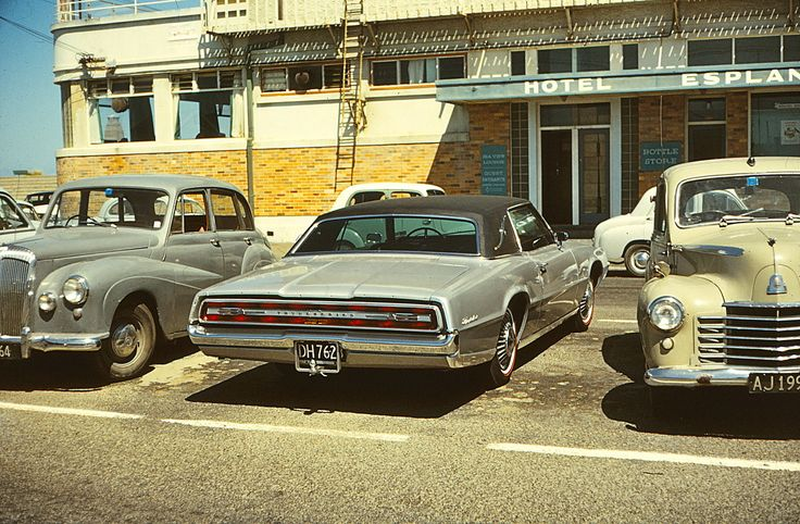 Esplanade Hotel, New Brighton 1967 Ford Thunderbird 2 door Hardtop | New Brighton, Christchurch, New Zealand, 1970.
