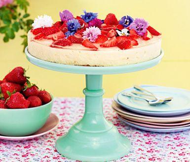 Fräsch sommartårta med många moment, men inget som är svårt. Fläderblomssaft ger smak i moussen och jordgubbar står för garneringen. En fröjd för ögat!