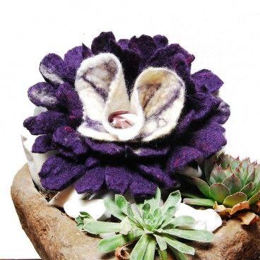 Kwiat z filcu broszka Kwiat filcowany ozdobiony filcowaną kulką. W całości wykonana z wełny merynos techniką filcowania na mokro.   www.KuferArt.pl