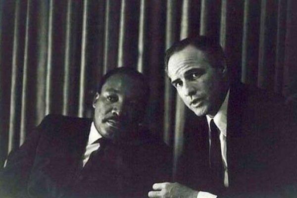 Martin Luther King Jr. quien era un pastor que luchó por los derechos civiles de los afroamericanos, al lado de Marlon Brando, un actor de cine y teatro estadounidense.