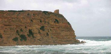 """Torre di Capo Mannu- San Vero Milis :  Il promontorio su cui sorge la torre nei documenti del 1572 era denominato """"Capo las Salinas"""", mentre in uno risalente al 1578 """"Monte delle Saline di Oristano"""". La denominazione di Capo Mannu, attualmente in uso, comparve in latino come """"Capitis Magni"""" fin dal 1590, in spagnolo """"Cabo Maño"""" nel 1620 o """"Cabo Manno"""" nel 1639 e nel 1680 ed in sardo """"Cabu Mannu"""" (nel 1729) o """"Cabidurimannu"""" più tardi nel 1740. In tempi più recenti è stata chiamata anche di…"""