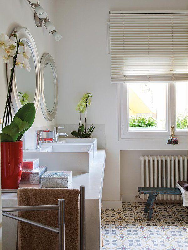 Un coqueto #baño con tocador doble #lavabo espejo