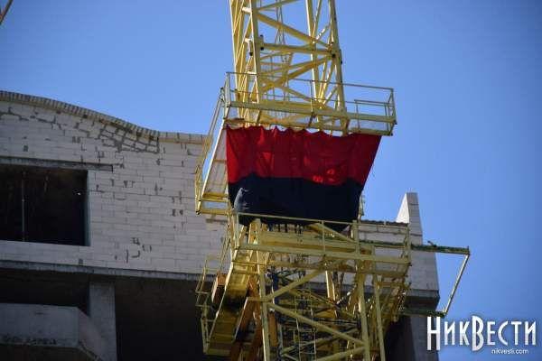 Красно-чёрный флаг на кране возле Николаевской ОГА восстановили  http://novosti-mk.org/events/5604-krasno-chernyy-flag-na-krane-vozle-nikolaevskoy-oga-vosstanovili.html  В Николаеве обновили красно-черный флаг, который был вывешен на строительном кране около недостроенного здания жилого комплекса «Адмирал» напротив здания Николаевского областного совета по улице Адмиральской.  #Николаев #Nikolaev {{AutoHashTags}}