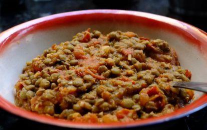 Lenticchie al pomodoro - Le lenticchie al pomodoro sono un contorno semplice e veloce. Sono perfette per il periodo autunnale e invernale e per accompagnare piatti a base di carni rosse e bianche.