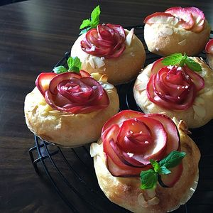 薔薇のクリームパン。 by mosnogohanさん | レシピブログ - 料理ブログのレシピ満載! 日曜日はバラ園でお母と待ち合わせ。なので薔薇パンを焼いてみる。眠いしーーーっ、8個のうち薔薇は4個だけ。林檎は秋だから薔薇パンは秋バラんときかなーって思ってたら…えっ?紅玉?発見。こんな時期に?しかも...