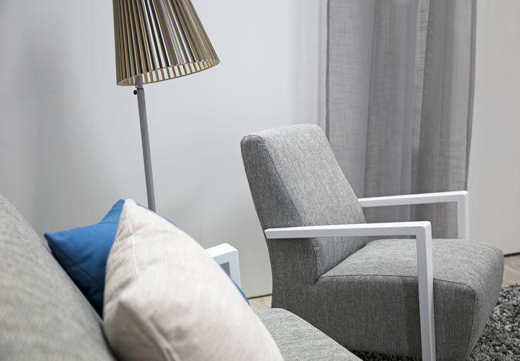 Klassisia muotoja ja harmaan sävyjä Malli: Niklas Verhoilu: Kangas, Counter 124 Vaihtoehdot: 3-istuttava sohva, lepotuoli, korkea Deluxe lepotuoli Jälleenmyyjä: Stemma-myymälät  #pohjanmaan #pohjanmaankaluste  #koti #sohva #olohuone #armchair #livingroominspo #livingroomdecor