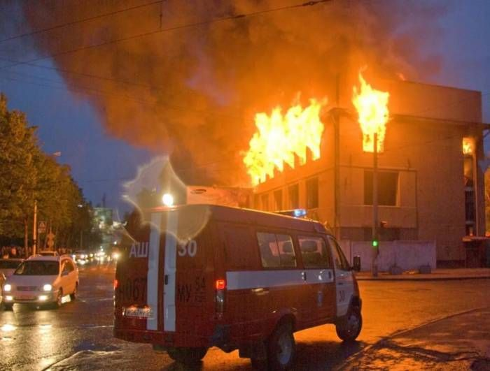 Иллюстративное фото nice-pics.ru МЧС сообщает, что сегодня около 5 часов утра в Орше по переулку Гастелло горел дом. Спасатели обнаружили на месте пожара труп 47-летней хозяйки и труп 42-летнего мужчины.В результате возгорания в комнате повреждено потолочное перекрыти