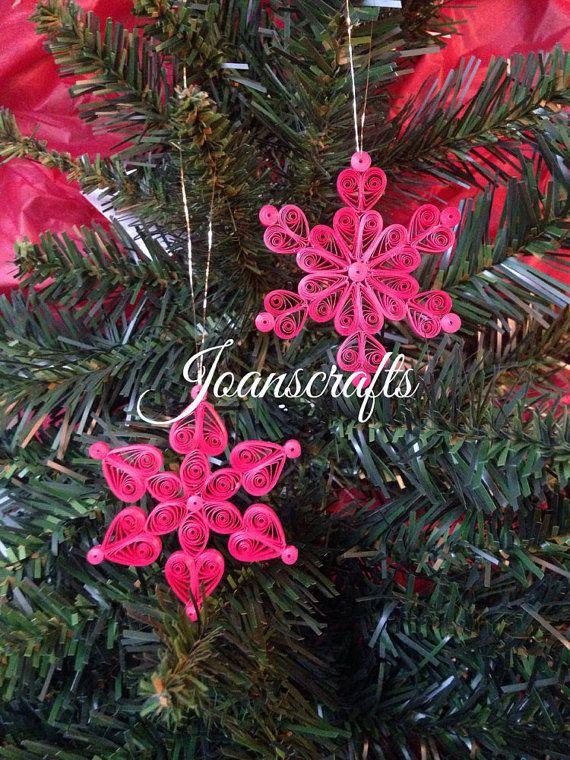 Neu in diesem Jahr habe ich Acouple Mini Snowflake Ornamente fertig zum Aufhängen auf dem kleineren Baum entworfen! Das Center ist eine Blütenform, während die 6 Punkte rund um das Zentrum auf den Kopf nach unten Herzen, daher der Name Herz & Blume sind. Die Größe ist 2 3/8 von Spitze zu Spitze und wird von einem metallischen Goldfaden gehangen.  Wie bei jeder meiner Steintaube Ornamente, die es in ihr kommen eigene Box zur Lagerung oder Schenkung ist.  Die Farbvariation ist auf der ...
