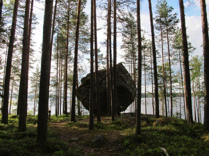 Jättiläisen kivi hallitsee maisemaa korkealla niemen nokassa.