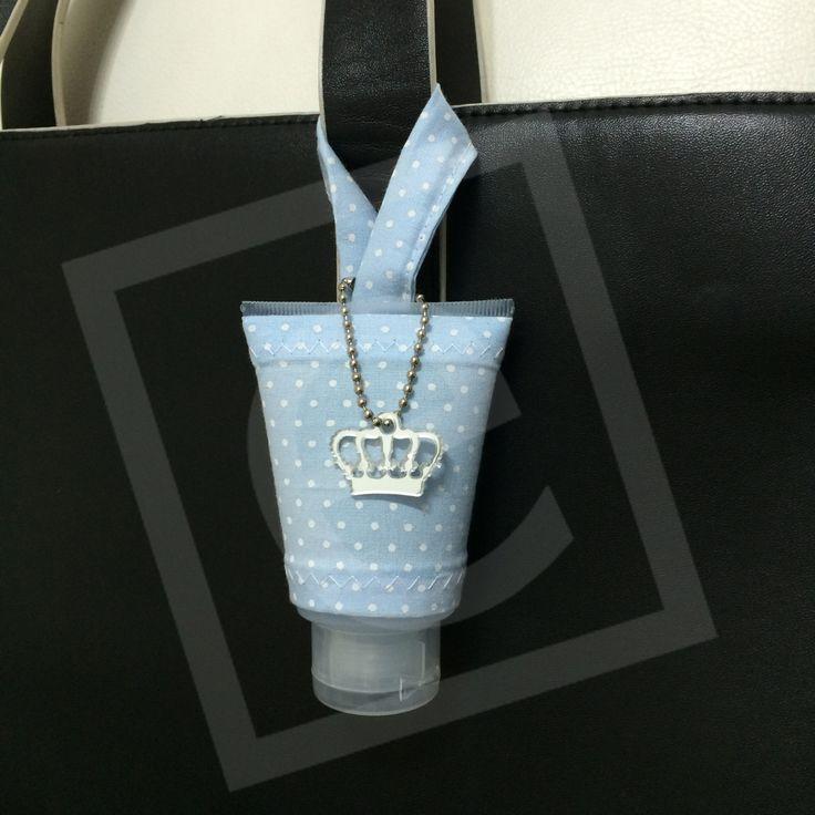 Lembrancinha Bisnaga de álcool em gel com capinha para pendurar na alça da bolsa. http://www.designetal.com.br/2014/05/lembrancinha-alcool-em-gel-com-capinha.html
