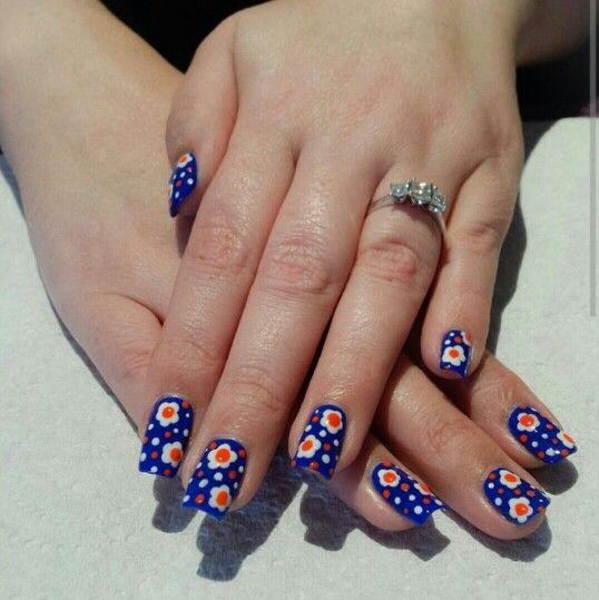 IG @babsnails Daisy nails. Dotting tools.