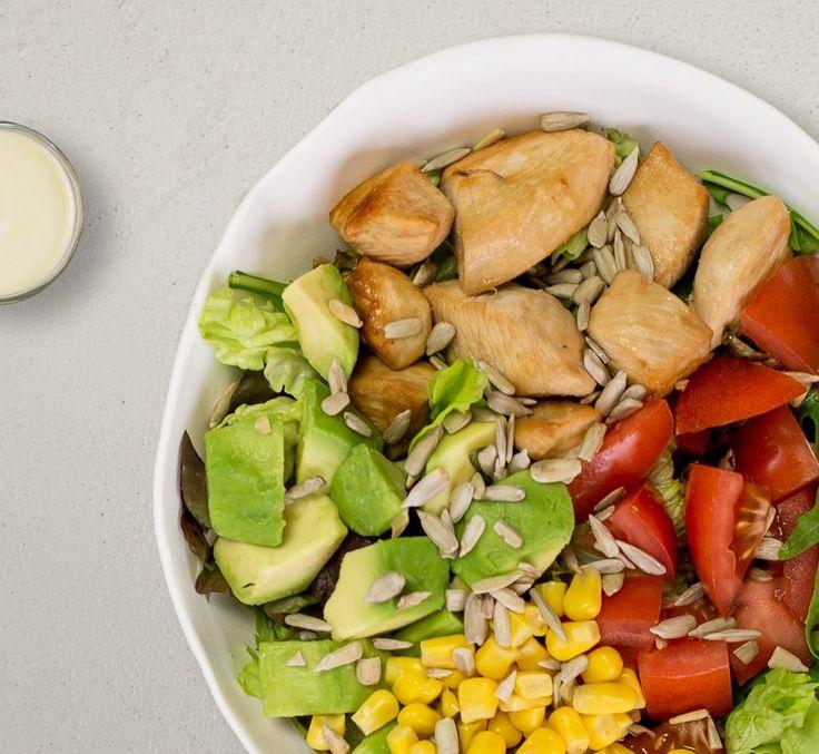 Unsere Lieblingsfrucht sorgt in diesem Salat für gesunde Fette und cremige Highlights. Süßer Mais, aromatische Tomaten und frische Salatblätter liefern dir wertvolle Vitamine und Nährstoffe. Für knackige Momente gibt's die feinen Sonnenblumenkerne. Und wichtiges Eiweiß, um leistungsfähig zu bleiben, bekommst du durch zartes Hähnchen! Diese Kombi ist perfekt auf ein frisches Caesar-Dressing abgestimmt.