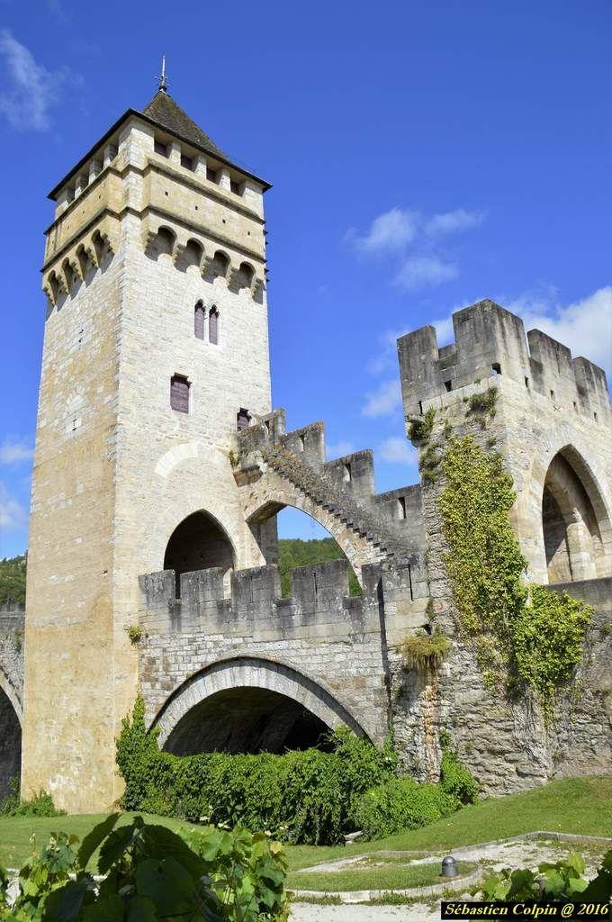 Le pont Valentré (en occitan pont de Balandras), également appelé pont du Diable, est un pont fortifié du XIVe siècle franchissant le Lot à l'ouest de Cahors, en France. Il offre aujourd'hui, avec ses trois tours fortifiées et ses six arches précédées de becs aigus, un exemple de l'architecture de défense du Moyen Âge.  Le pont Valentré est classé au titre des monuments historiques par la liste de 1840 et depuis 1998 au patrimoine mondial de l'UNESCO, au titre des chemins de…