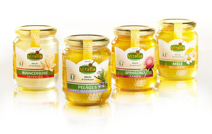 Miele Vitalia | Linea etichette Dopo la creazione del logo Vitalia, il produttore di miele di Sardegna affida la progettazione delle etichette dei suoi quattro tipi di miele a Logotomica. La ricerca di una forma originale, dei colori e la realizzazione di illustrazioni esclusive hanno portato alla creazione di un'immagine prodotto completamente nuova.