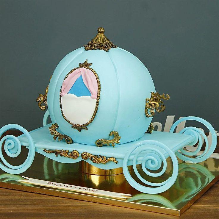 Королевский торт в виде кареты, для маленькой принцессы👸  • рекомендуем попробовать с любимой детской начинкой Яркая Rainbow: яркие цветные ванильные коржи, соединенные заварным ванильно-маслянным кремом с добавлением варёной сгущёнки.👍  → другие варианты начинок можно посмотреть у нас на сайте abello.ru  Оригинальный тортик в виде кареты можно заказать от 3-х кг всего за 2850₽/кг.  Специалисты #Абелло готовы помочь с выбором красивого и качественного десерта по любому поводу по единому…