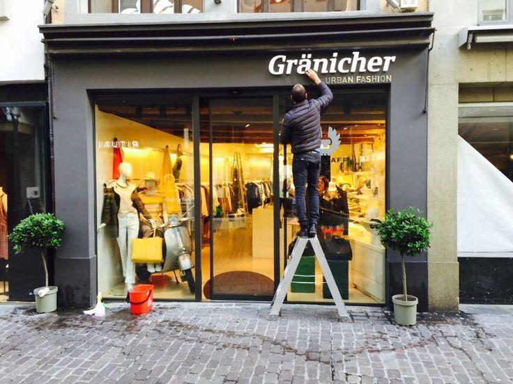 Frühlingsputz an der Weggisgasse 34 in Luzern. Der Mode-Laden glänzt. Das Fenster, Logo, Fassade jetzt auch.