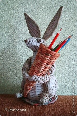 Weaving in newspapers. Зайчик-подставка для карандашей. Bunny-holder for pencils. Мастер-класс Master class