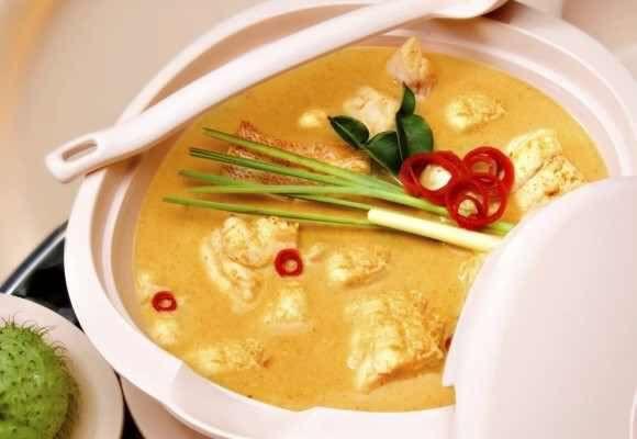 #retete #agroland Nimic nu se compară cu o ciorbă de pui aburindă acră şi atrăgătoare. Nu-i aşa că v-am făcut poftă deja?  Ingrediente pentru ciorbă de pui 1 piept de pui 2 morcovi 1 ţelină 1 rădăcină pătrunjel 1 rădăcină păstârnac 1 ceapă mică 2 linguri orez 300 ml smântână 1 gălbenuş de ou borş sare  Mod de preparare pentru ciorbă de pui Se fierbe carnea de pui tăiată cubuleţe în 2-3 litri de apă şi se spumează. Se adaugă zarzavatul tăiat mărunt călit în puţin ulei. Când este aproape fiert…