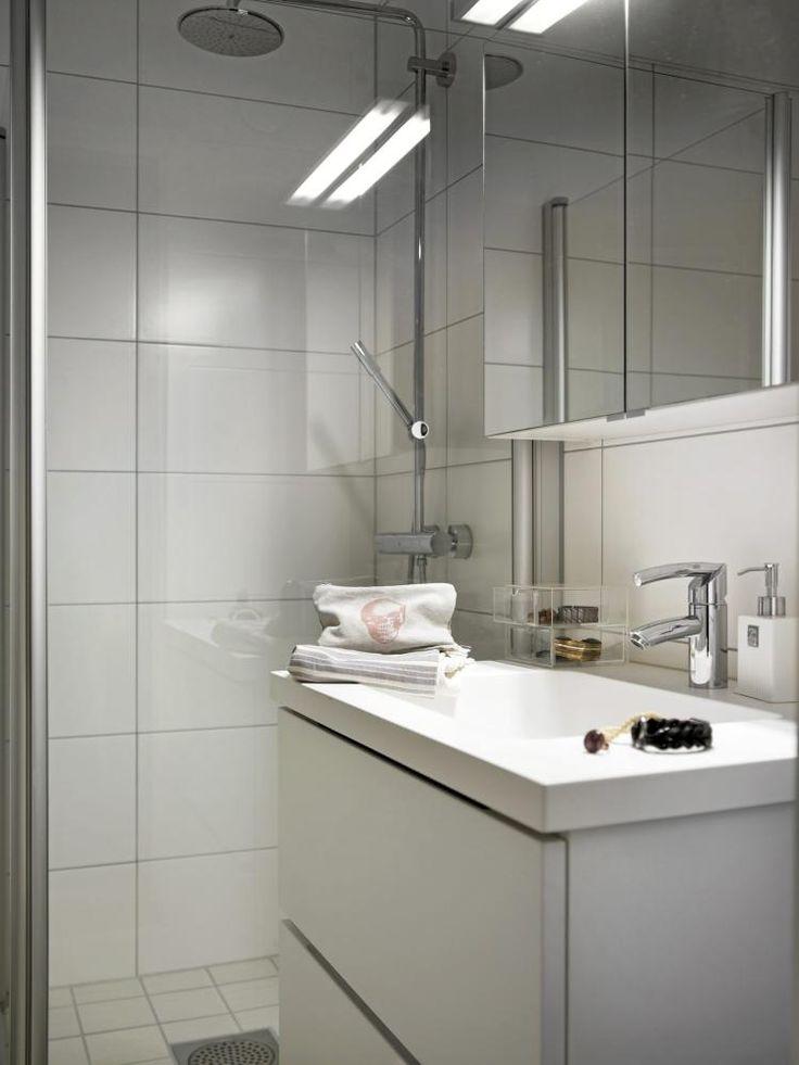 En dusj med innfellbare dører fra Gustavsberg åpner for mer plass på det lille badet. Servanten og speilskapet er begge fra Kvik.