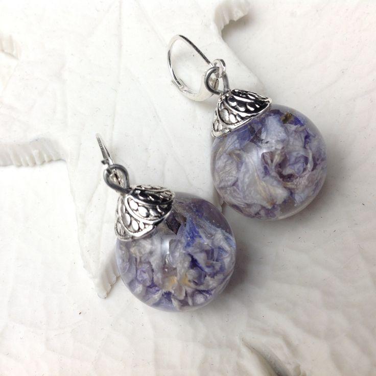 Boucles d'oreille bulles de résine et véritables fleurs de delphinium ou fleurs de pied d'alouette bleue : Boucles d'oreille par beads-of-bliss-bijoux-en-resine