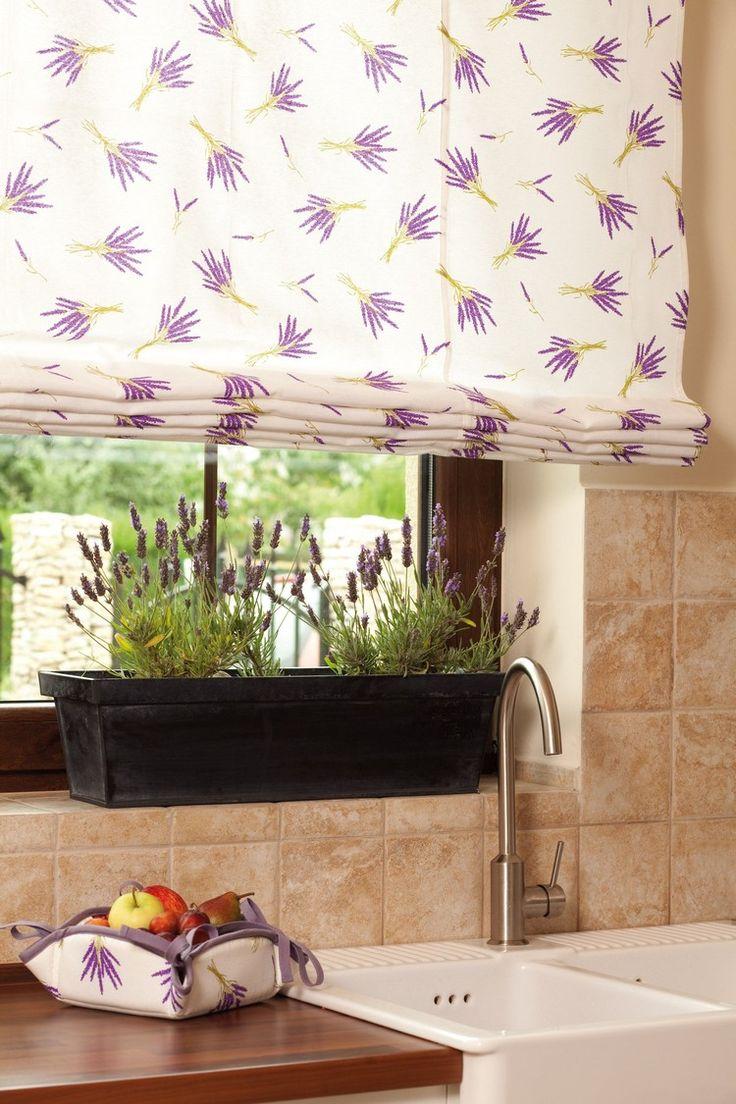 Raffrollos mit Lavendel-Motiven und echter Lavendel auf der Fensterbank
