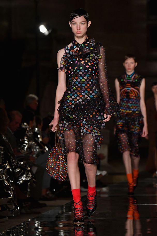 Arco-íris na moda: marcas reafirmam a tendência em Paris