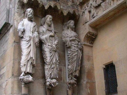 A gótika korában a szobrászat alkotásai leginkább az épületekhez kapcsolódnak. A figurák már életszerűbbek, elvétve mozdulatok és arckifejezések is megjelennek rajtuk.