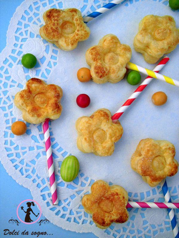 Dopo i cake pops ecco arrivare anche le pie pops! Sono l'ideale per decorare la vostra tavola e i vostri buffet, o per una merenda originale e simpatica. Questi piccoli bocconi di torta su bastoncino sono perfetti anche come finger food