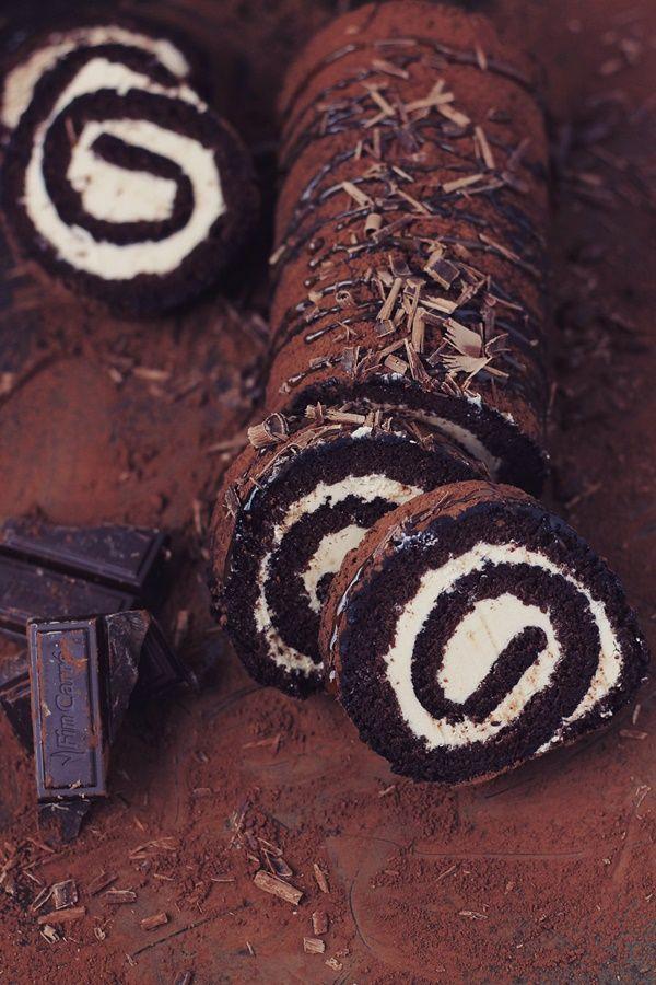 Rulada cu ciocolata si crema de caramel, cea mai buna rulada din cate am facut pana acum. Crema e mai complexa, dar merita efortul.
