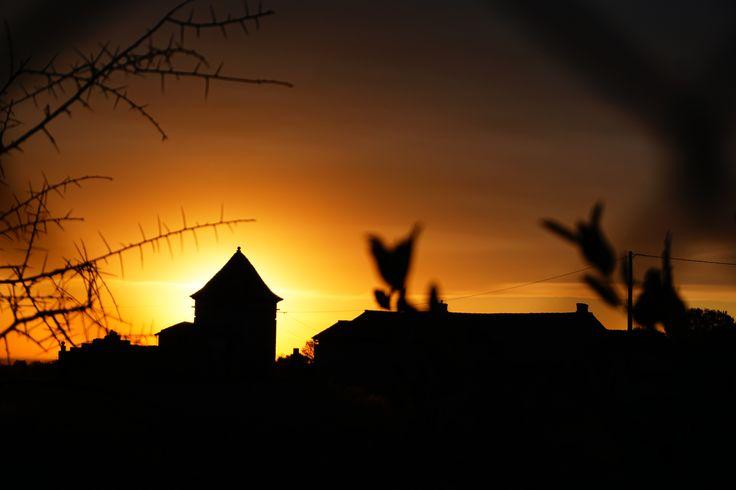abandoned maison in sunset