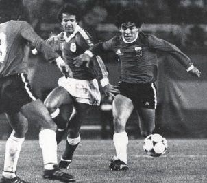 Maradona, jogando contra o Benfica (1981). Aqui disputa um lance com Nené, num jogo particular disputado no verão em Buenos Aires.