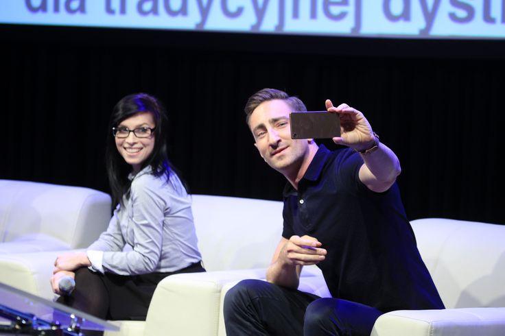 Vlogers Łukasz Jakóbiak (20 metrów Łukasza), Paulina Mikuła (Mówiąc Inaczej) while taking a selfie