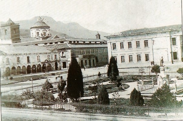 1886, Plaza de Bolivar - Atrás Colegio Mayor de San Bartolomé e Iglesia de San Ignacio - Bogotá, Colombia
