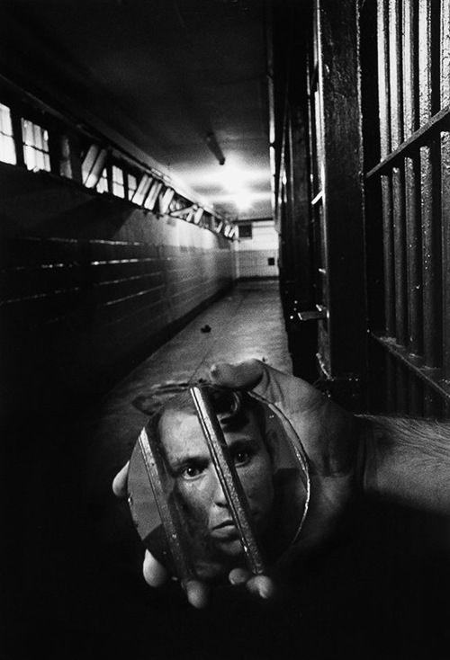 A prisoner in solitary confinement, 1979 bySean Kernan: Mirror, White Photography, Sean Kernan, Solitari Confin, 1979, Sean Kerman, Prison Photography, Black, Seankernan