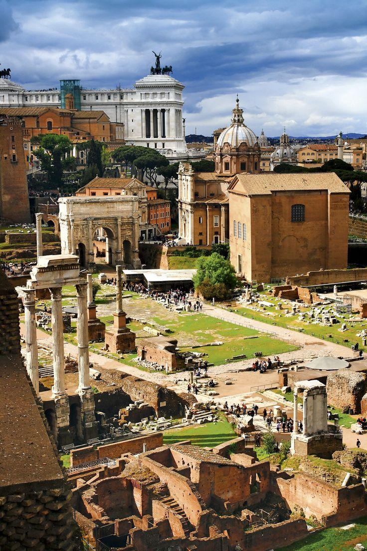 El Foro de Roma  El Senado fue siempre complaciente con los caprichos imperiales, aunque al final declaró a Nerón enemigo público y nombró emperador a Galba. En esta imagen del Foro romano, a la derecha, el edificio de la Curia Julia, sede del Senado.
