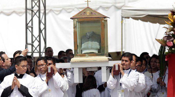 El vicario de promoción humana de la Arquidiócesis de San Salvador (El Salvador), Mons. Rafael Urrutia, señaló que la reliquia del Beato Mons. Óscar Romero –la camisa ensangrentada que usó el día de su asesinato– visitará próximamente todas las parroquias del país.