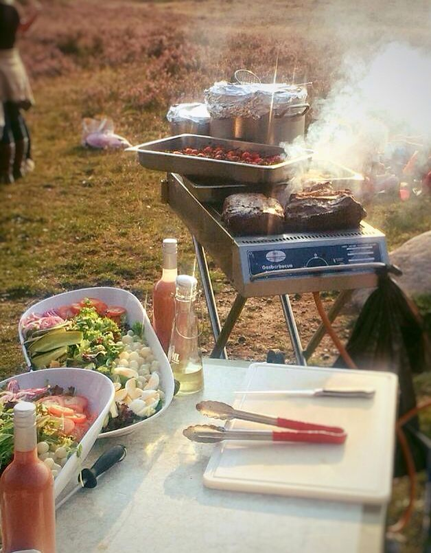 The food can also be served outdoors. A BBQ is ideal for such a situation.