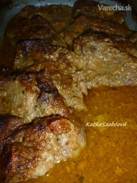 Božské mäso  1 kg bravč pliecko  1 cibuľa  4 strúč cesnak  3 dl kečup  2 PL horčica 1/2 dl olej soľ mčk korenie gril Mäso nakrájame na plátky. Cibuľu na malé kocky, cesnak pretlačíme. Z ostatných surovín vymiešame marinádu, pridáme cibuľu aj cesnak, do nej uložíme mäsko na noc. Na druhý deň mäso rozložíme na plech, vylejeme naň celú marinádu, zakryjeme alobalom a dáme piecť do vyhriatej rúry na 200° hodinu. Potom ho odokryjeme a dopekáme ešte polhodinu