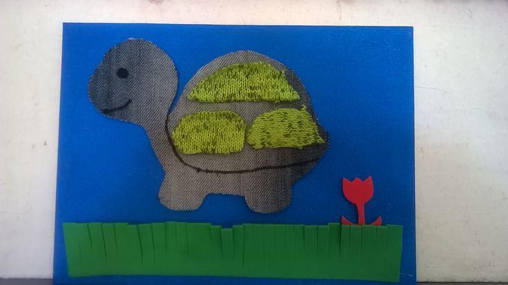 DYE CADRE LA TORTUE AVEC DES CP. Peinture du cadre, utilisation de gabarits, découpe de tissus ( base en vieux jeans), décors en mousse