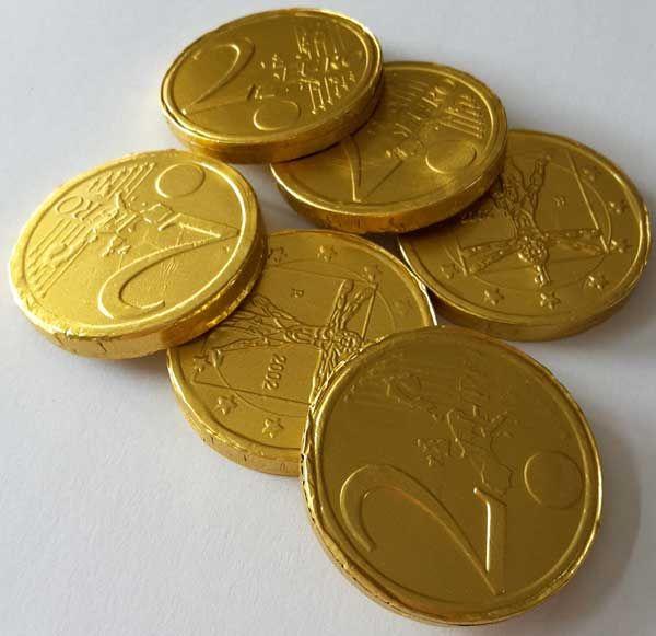 100 gram chocolade munten die onwijs leuk zijn als aankleding en als leuk snoepje bij een feestje met piraten thema! Ook zijn ze natuurlijk leuk om een gave piraat pinata of draak pinata mee te vullen! Doe de munten in een uitdeelzakje of strooi ze op de tafel en je heb zomaar een compleet decor.  En maak je een schatkist met schatkaart dan horen daar natuurlijk ook een paar gouden munten in!