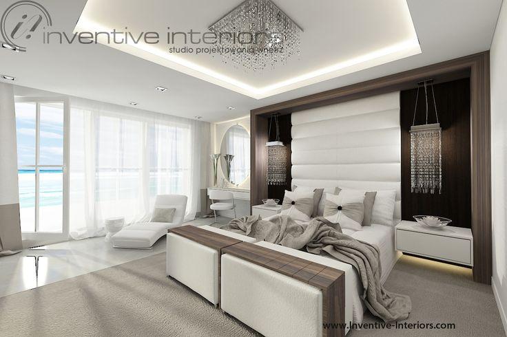 Projekt domu z widokiem Inventive Interiors - ciepła luksusowa sypialnia z widokiem na morze - drewno, beż