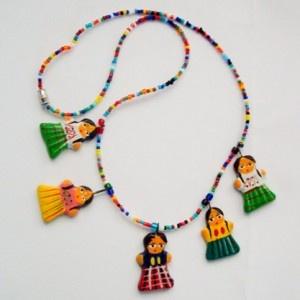 I Maya studiavano le stelle da questo tratto di mondo, davano vita al complesso calendario e non riuscivano a prevedere la loro fine, mentre si assicuravano una fama lunga millenni per le loro alte conoscenze scientifiche.Un viaggio da queste parti non passa mai inosservato e lascia sempre qualcosa nel turista che, infatti, di rado torna a casa a mani vuote. Sarà l'abilità degli artigiani, i colori vivi o una suggestione momentanea, ma il souvenir del Guatemala non manca praticamente mai. Se…